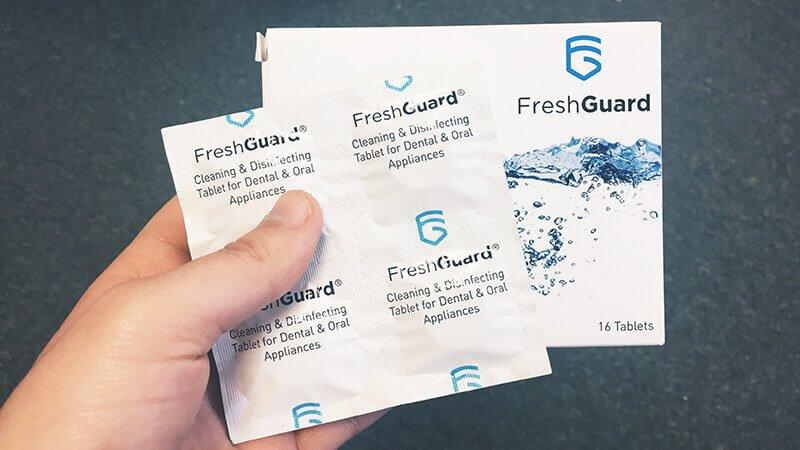 Ajoutez un comprimé Fresh Guard la solution nettoyante pour nettoyer votre gouttière dentaire