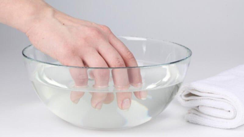 nettoyer votre gouttiere dentaire dans une solution nettoyante