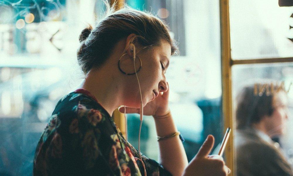 Bruit rose : comment aide-t-il à mieux dormir ?